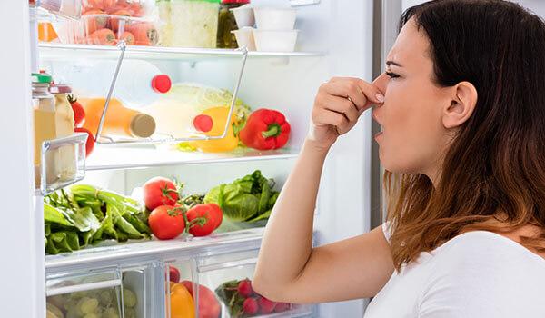 Jak się pozbyć zapachu z lodówki