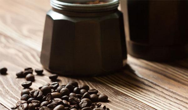 Kawiarka elektryczna z ziarnami kawy