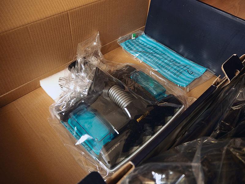 Elementy odkurzacza Philips 8000 Aqua Plus XC8349/01 w opakowaniu